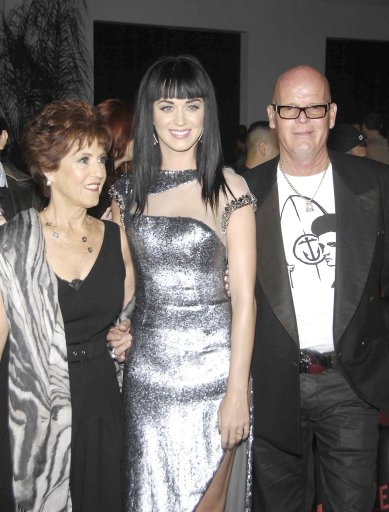 Mary Perry Hudson (l) with her daughter, pop star Katy Perry (c), and ...