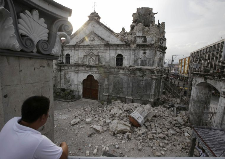 Philippines: Earthquake topples oldest church's bell tower