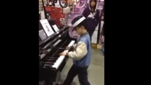 random-kid-stuns-shoppers-when-he-plays-amazing-classical-music-from-memory-on-toy-store-piano