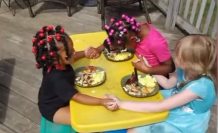 3-adorable-kids-pray-together-before-their-breakfast-we-love-each-other-so-much