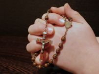 hand-holding-rosary
