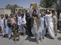 pakistani-christians-carrying-cross
