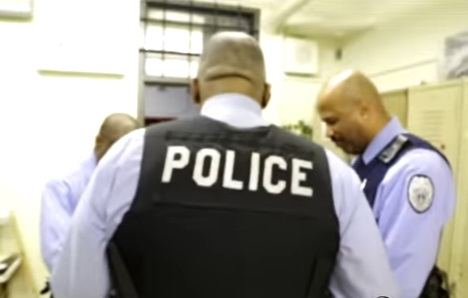 the-american-school-so-dangerous-the-on-site-police-officers-start-the-day-with-prayer-and-end-with-a-hymn