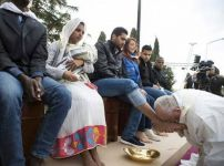 pope-kissing-muslims-foot