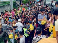 manny-pacquiao-distributing-relief-goods
